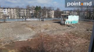 """(foto) Bazinul complexului sportiv """"Iunosti"""" a fost nivelat cu pământul, lucrările însă au fost suspendate"""