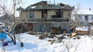 (foto) O casă din Costești, mistuită de flăcări. Incendiul a cuprins acoperișul și etajul doi al locuinței
