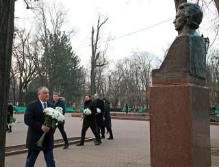 (foto) Oficialii care l-au omagiat astăzi pe Mihai Eminescu și au depus flori la bustul poetului