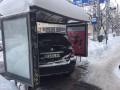 (foto/video) A parcat mașina fix într-o stație de așteptare a transportului public