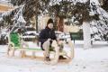 (galerie foto) O sanie gigant a apărut la Chișinău. Unde copiii pot să se bucure de ea