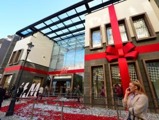H&M, nevoită să îşi ceară scuze pentru o fotografie publicitară