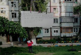 (imaginea zilei) Între timp, în Chișinău: Mesajul unui locuitor către hoțul care i-a furat hainele de pe funia de uscat