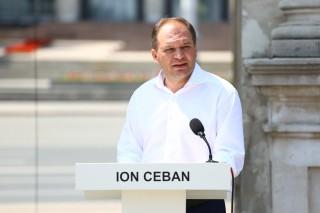 """(foto/video) Ion Ceban și astăzi la Arca de Triumf în așteptarea lui Andrei Năstase: """"Spuneţi-mi de ce Năstase nu vine la dezbateri"""""""