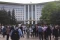 (live/foto) Protest spontan la Parlament! Zeci de polițiști au fost aduși să asigure ordinea publică