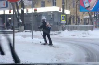(no comment) Cu schiurile prin Chișinău, în luna lui martie