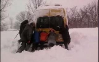 Stop cadrul la Șoldănești: Mai mulți elevii, nevoiți să împingă autobuzul pentru a ajunge la școală