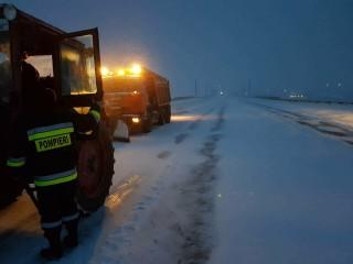 (update) Situația din țară în urma ninsorilor: Mai multe automobile, printre care și o ambulanță, deblocate
