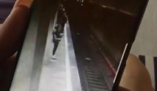 (video) Momentul în care cea de-a doua tânără este împinsă în fața metroului din București