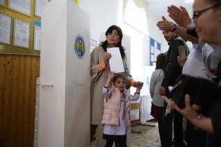 """(video) Candidatul independent Silvia Radu, alături de soț și copii, la secția de vot: """"Astăzi este ziua când chișinăuienii își pot lua capitala înapoi"""""""