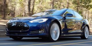 (video) GPS-ul l-a dus în off-road! Aventura unui şofer străin cu Tesla Model S în România