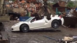 (video) Imagini dureroase! Un Ferrari a fost distrus după ce poliţia l-a considerat furat