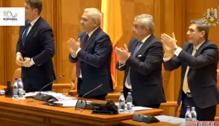 (video) Primarii din Republica Moldova care au votat declaraţiile de Unire, aplaudaţi în picioare în Parlamentul de la Bucureşti