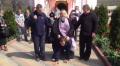 """(video) Un bărbat este """"încălecat"""" de preot, într-un ritual de exorcizare bizar în transnistria"""