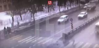 (video) Rusia: O ambulanță a lovit din plin mai multe persoane pe trecerea de pietoni