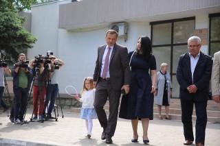 """(video) Soția lui Andrei Năstase, emoționată la secția de vot: """"Îmi doresc revenirea acasă. Copiii trebuie să crească cu tată și cu mamă"""""""