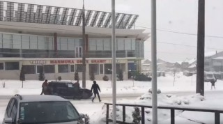 """(video) """"Tesla din Moldova"""": În apropiere de magazinul Megapolis o mașină a început să meargă la vale fără șofer"""