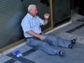 Vine din Australia pentru a ajuta un pensionar din Grecia. Gestul unui bărbat care a rămas induioșat de bătrânul care plângea în fața unei bănci