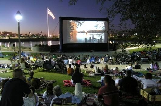 Film în aer liber în centrul oraşului