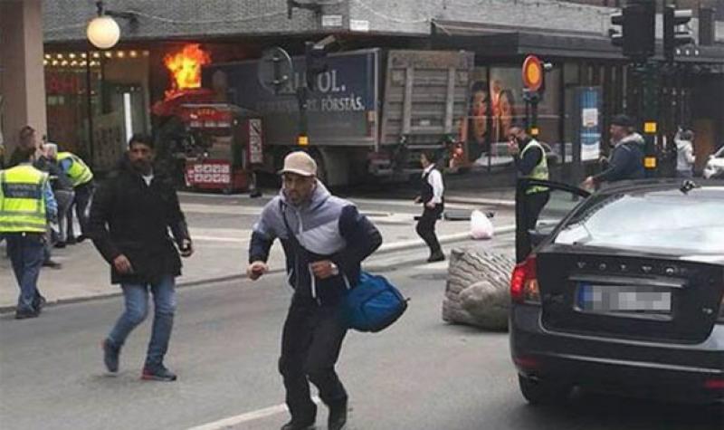 Tragic! Un camion a intrat peste pietonii din zona centrală a capitalei Suediei, cel puțin 3 morți și mai mulți răniți