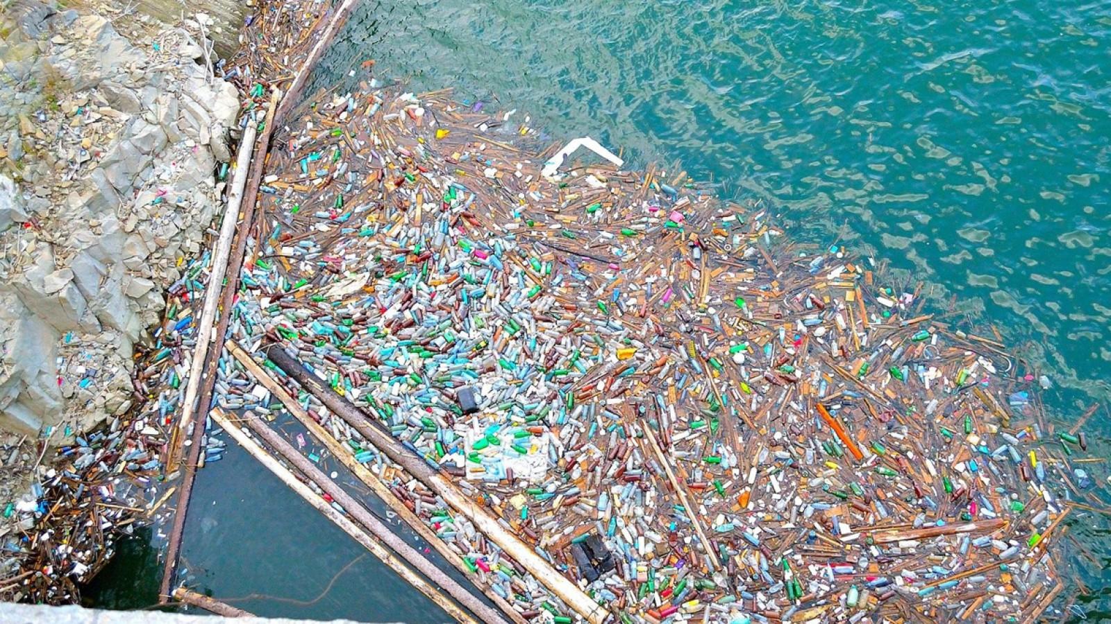 90% din deşeurile din plastic ce poluează oceanele provin din doar 10 ape curgătoare din Asia şi Africa