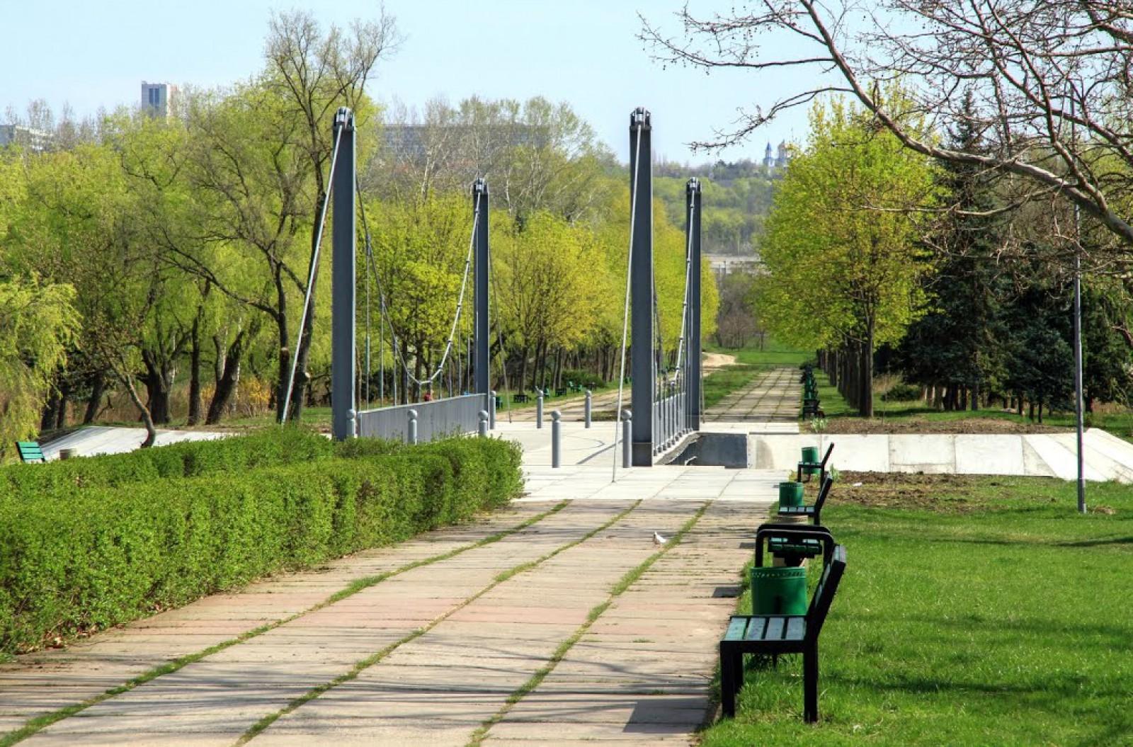 """În parcul """"La Izvor"""" va fi inaugurat iluminatul public: Au fost montate 1,2 km de linie electrică și 47 de corpuri de iluminat"""