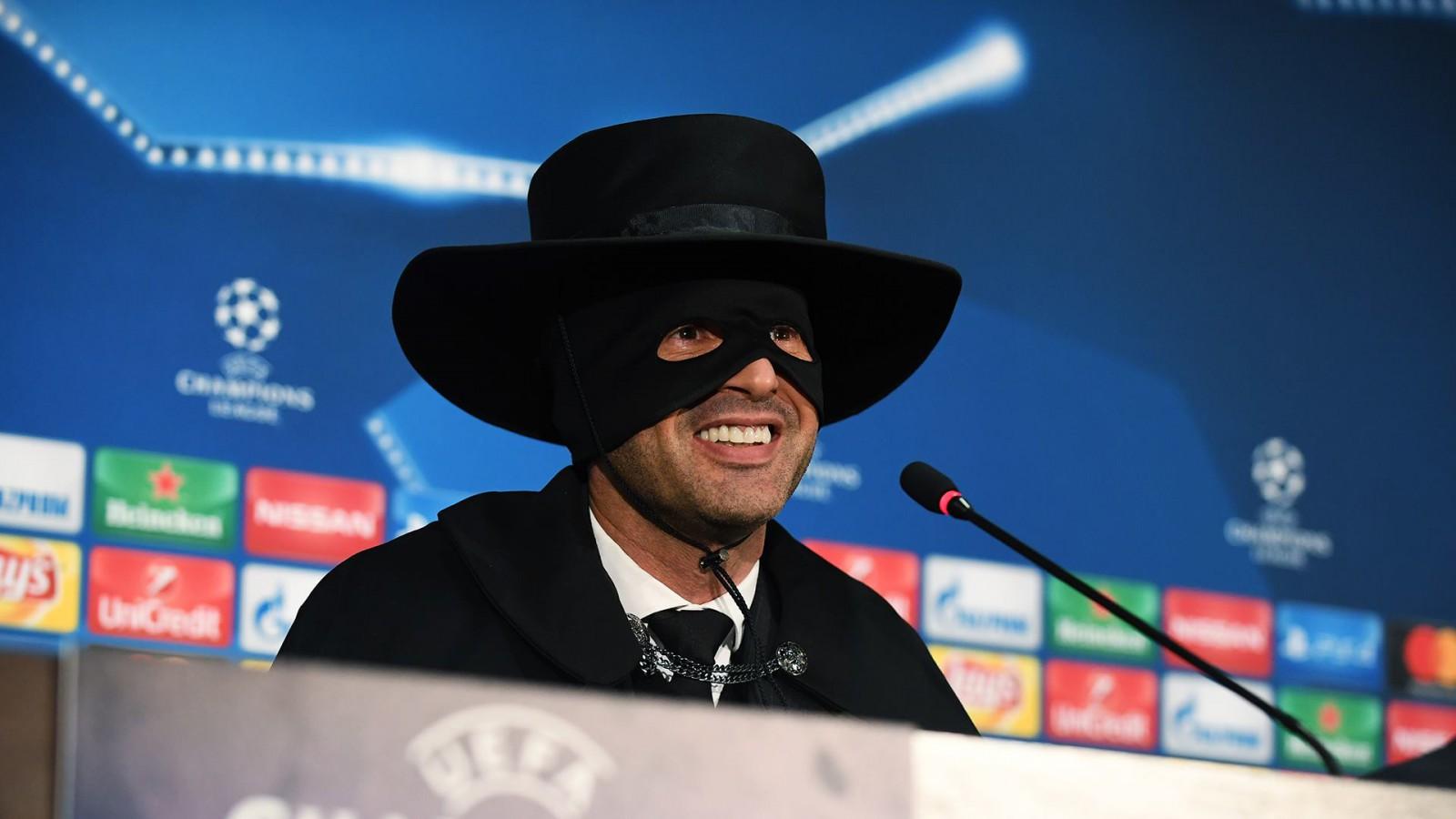 Șahtior Donetsk a învins-o pe Manchester City și s-a calificat în optimile Ligii Campionilor. Antrenorul ucrainenilor, Paulo Fonseca a venit în masca lui Zorro la conferința de presă după meci