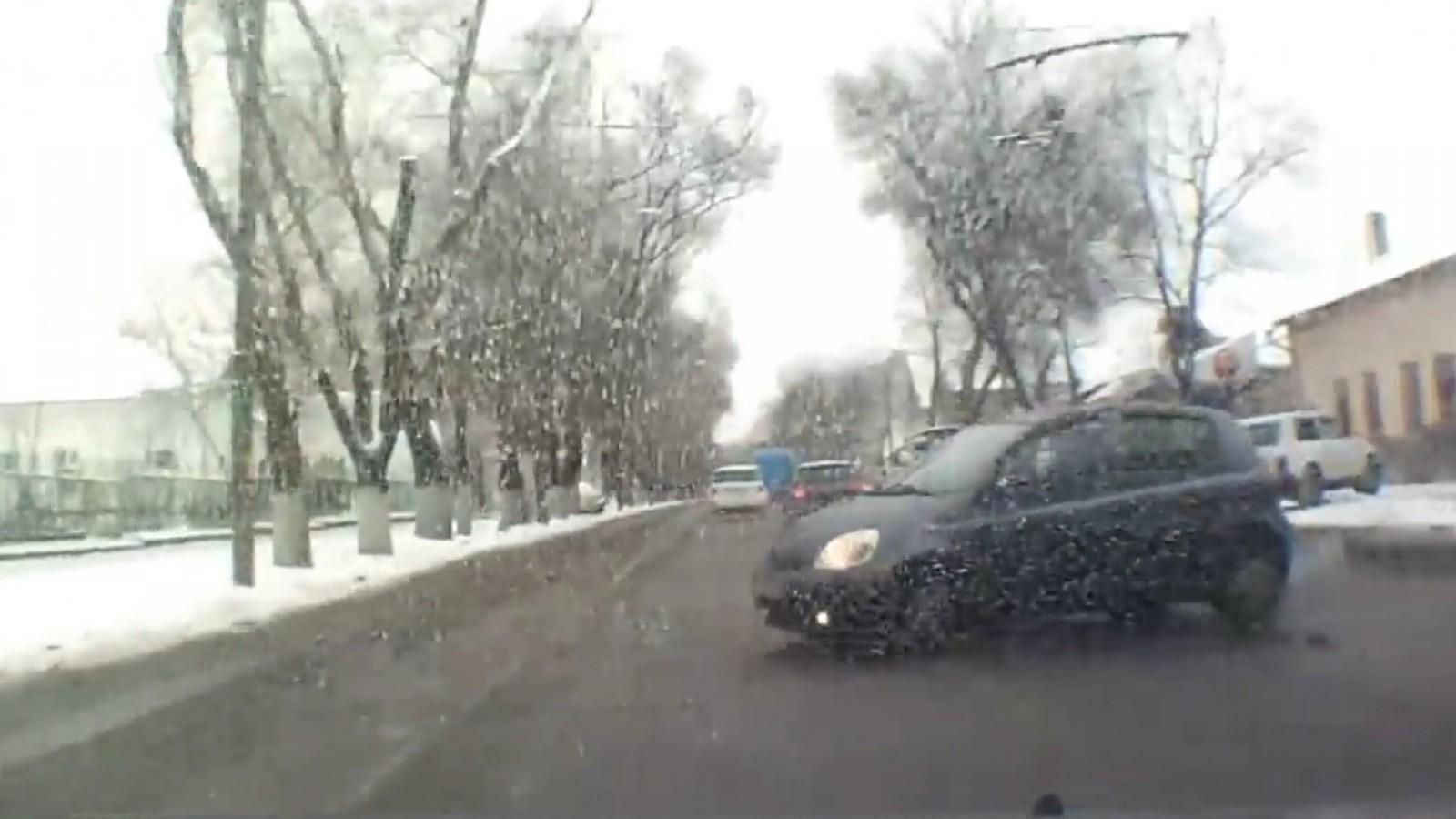 (video) Accident evitat la limită. O mașină a ajuns pe trotuar