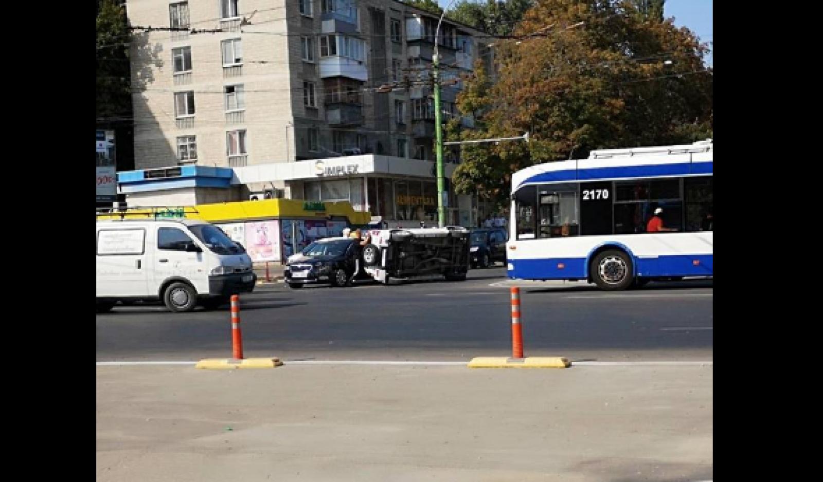 Accident grav în sectorul Botanica al capitalei: Un automobil s-a inversat. În zonă s-au format ambuteiaje
