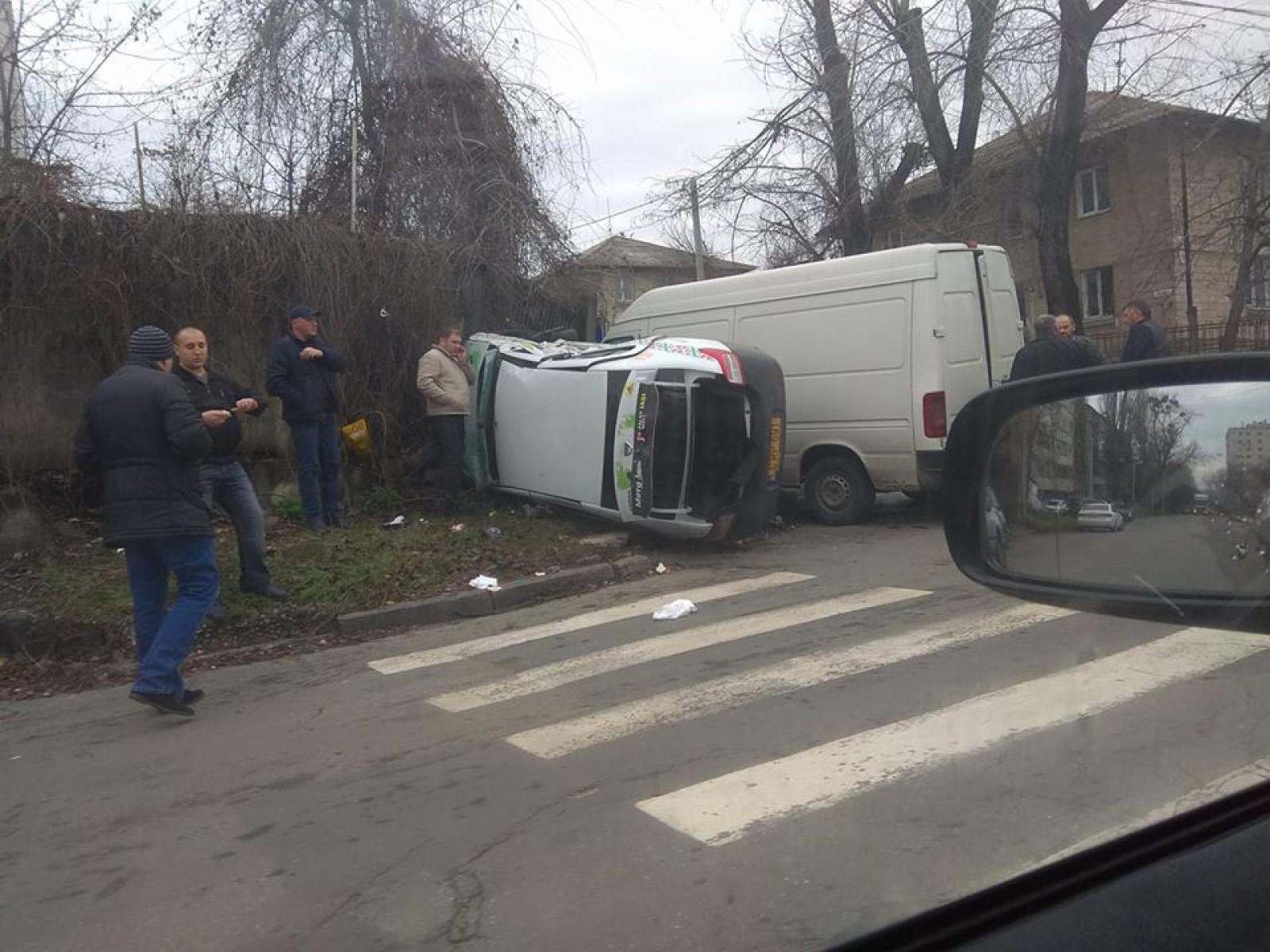 Accident violent în capitală: Un taxi s-a inversat după ce a fost lovit de o furgonetă