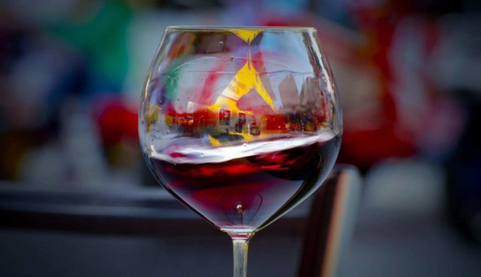 Alcoolul nu este în totalitate dăunător. Un nou studiu scoate la iveală că, în cantităţi mici, acesta poate fi benefic pentru creier