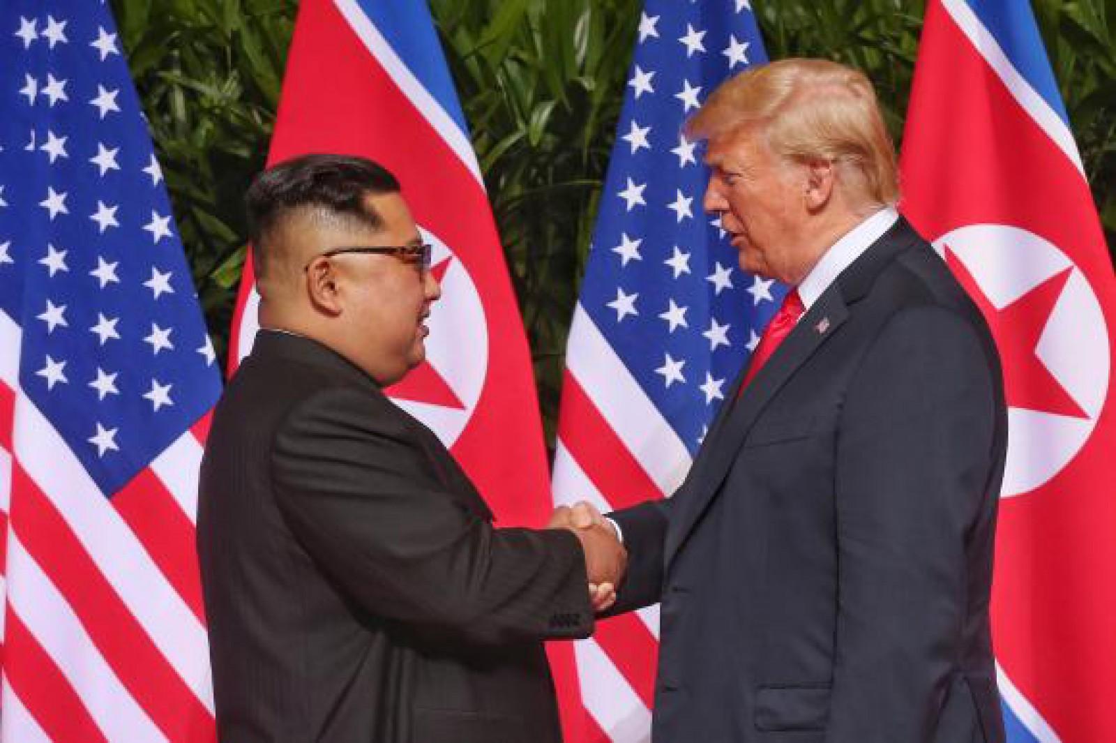 """Cadoul pe care Trump i l-a făcut lui Kim Jong Un la finalul summit-ului din Singapore: """"Doi lideri, un singur destin"""""""