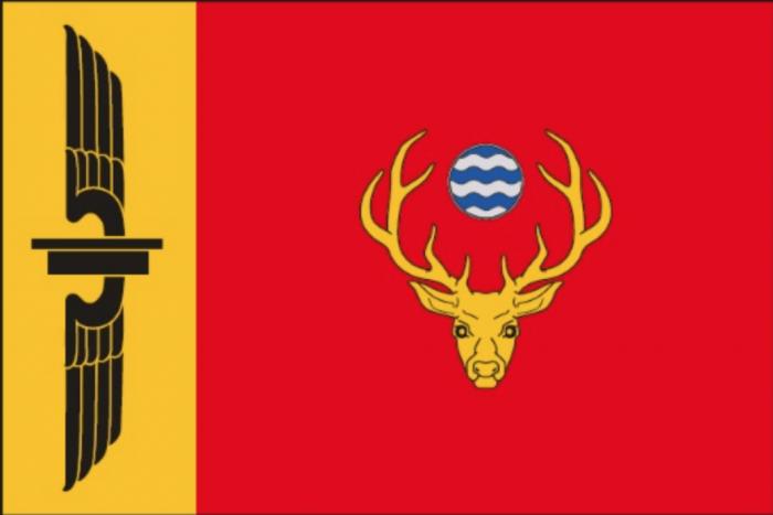 Cornești are stema și drapelul său: simbolurile orașului sunt codrii, apa minerală și calea ferată