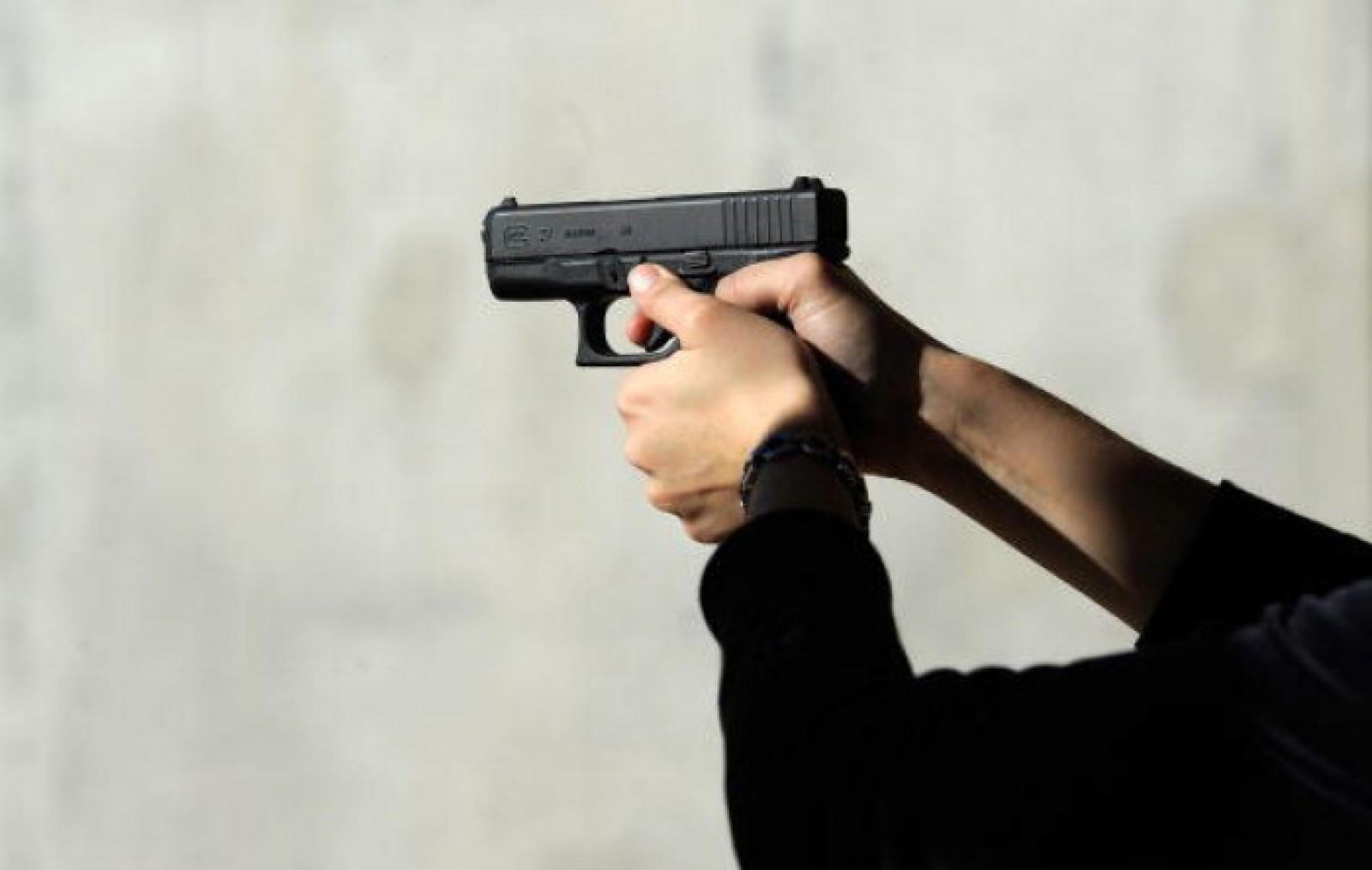 Cu arma la liceu: Un elev din Drochia, împușcat de un coleg, după ce acesta a venit la lecții cu un pistol