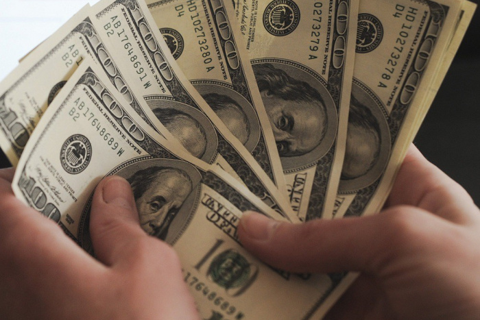 De râs și de plâns. O femeie din Bender a rămas fără 107 mii de dolari după ce i-a împrumutat unui cunoscut