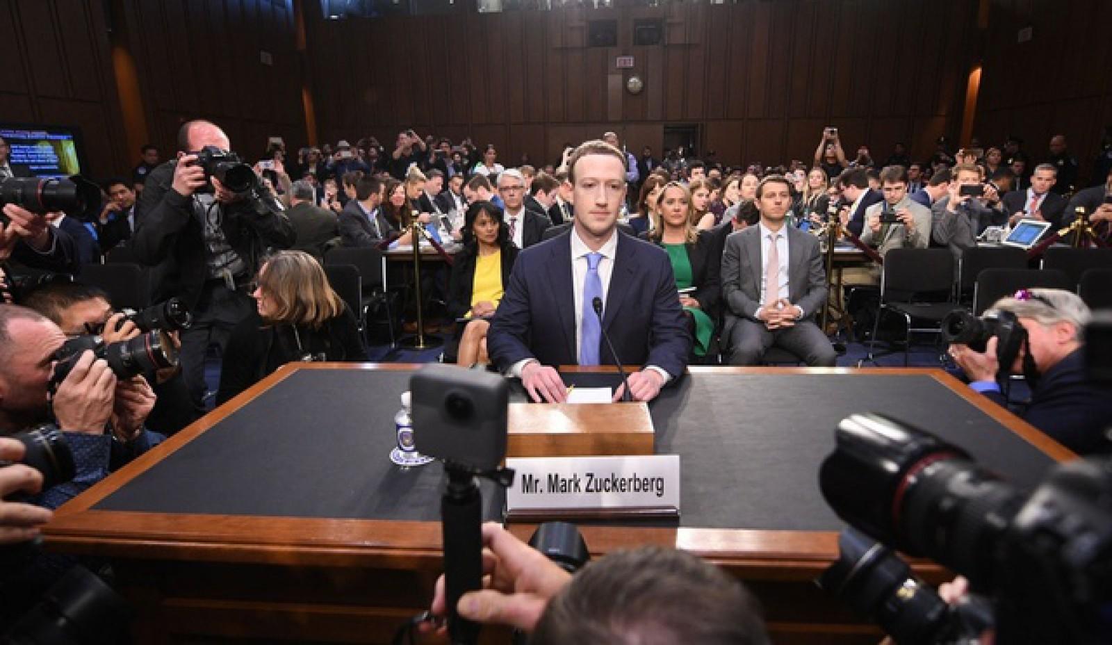 (doc) Facebook a trimis 454 de pagini cu răspunsuri la întrebările adresate de către Congresul American lui Mark Zuckerberg