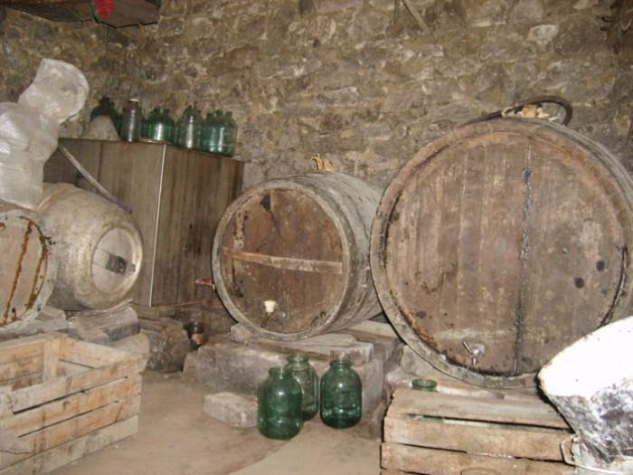 Două persoane au murit, iar alta a ajuns la spital după ce s-ar fi intoxicat cu dioxid de carbon de la vinul fermentat