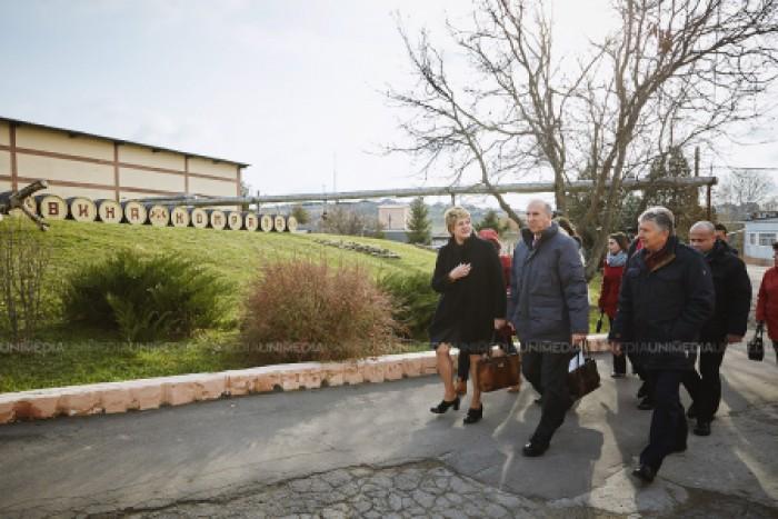 """(video, foto) USAID susține sectorul vitivinicol din Republica Moldova. Vinăria """"Vinuri de Comrat"""", vizitată de ambasadorul SUA"""