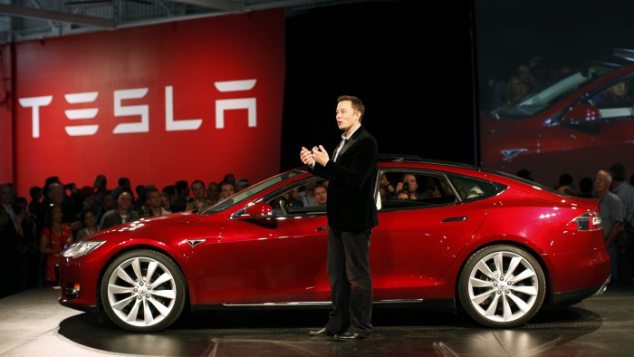 Elon Musk a recunoscut că are în garaj două mașini cu motoare cu ardere internă