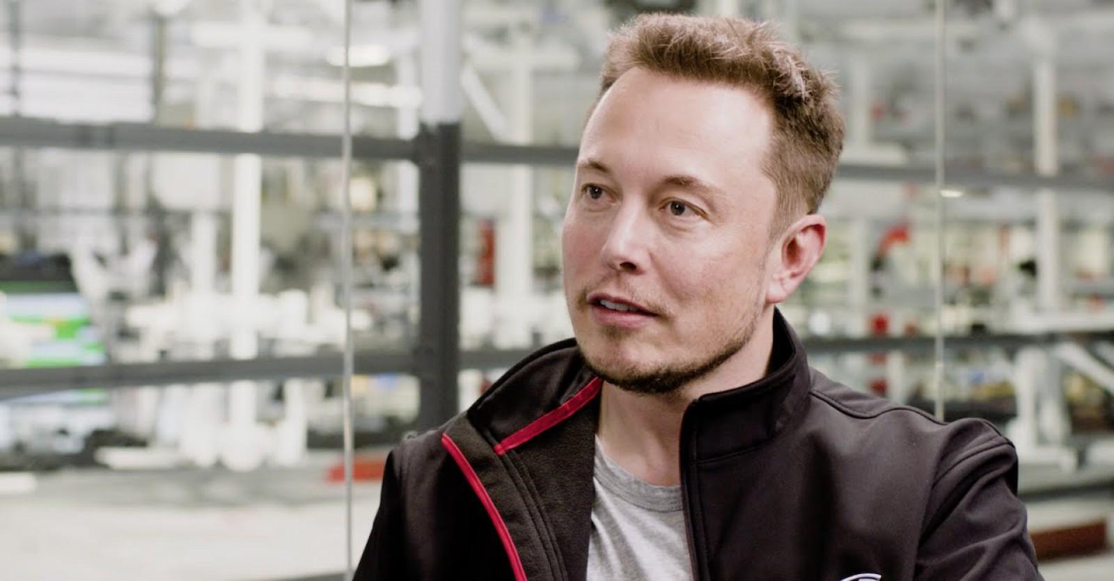 Elon Musk promite că va implementa până în august funcționalitățile de conducere autonomă pentru mașinile Tesla