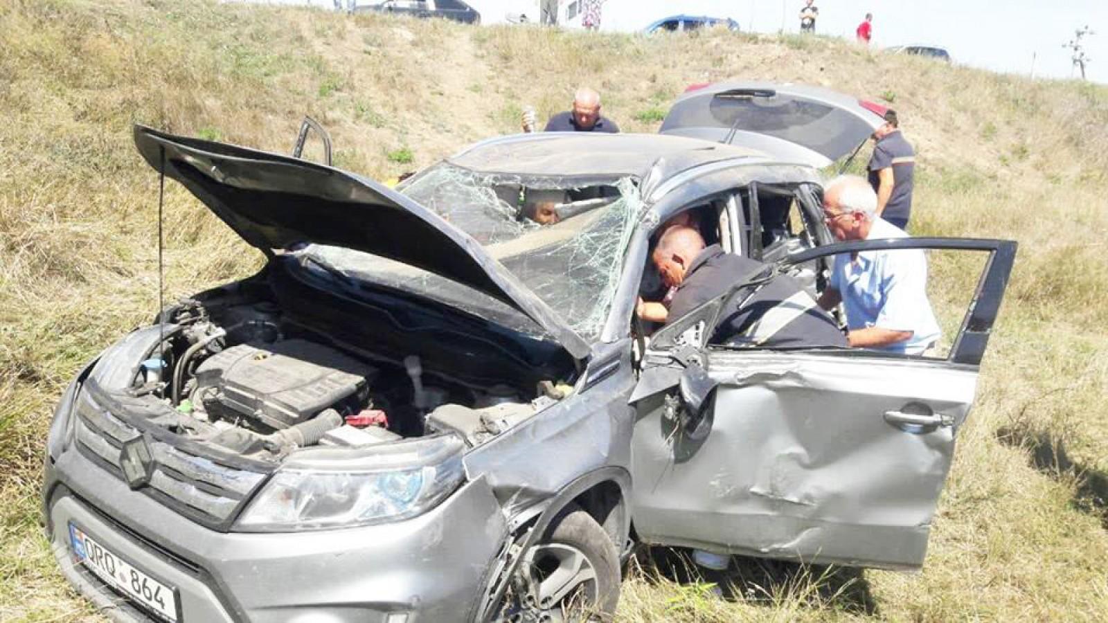 (foto) O persoană a decedat, iar altele trei au fost grav rănite după ce o mașină s-a tamponat cu o locomotivă, pe calea ferată