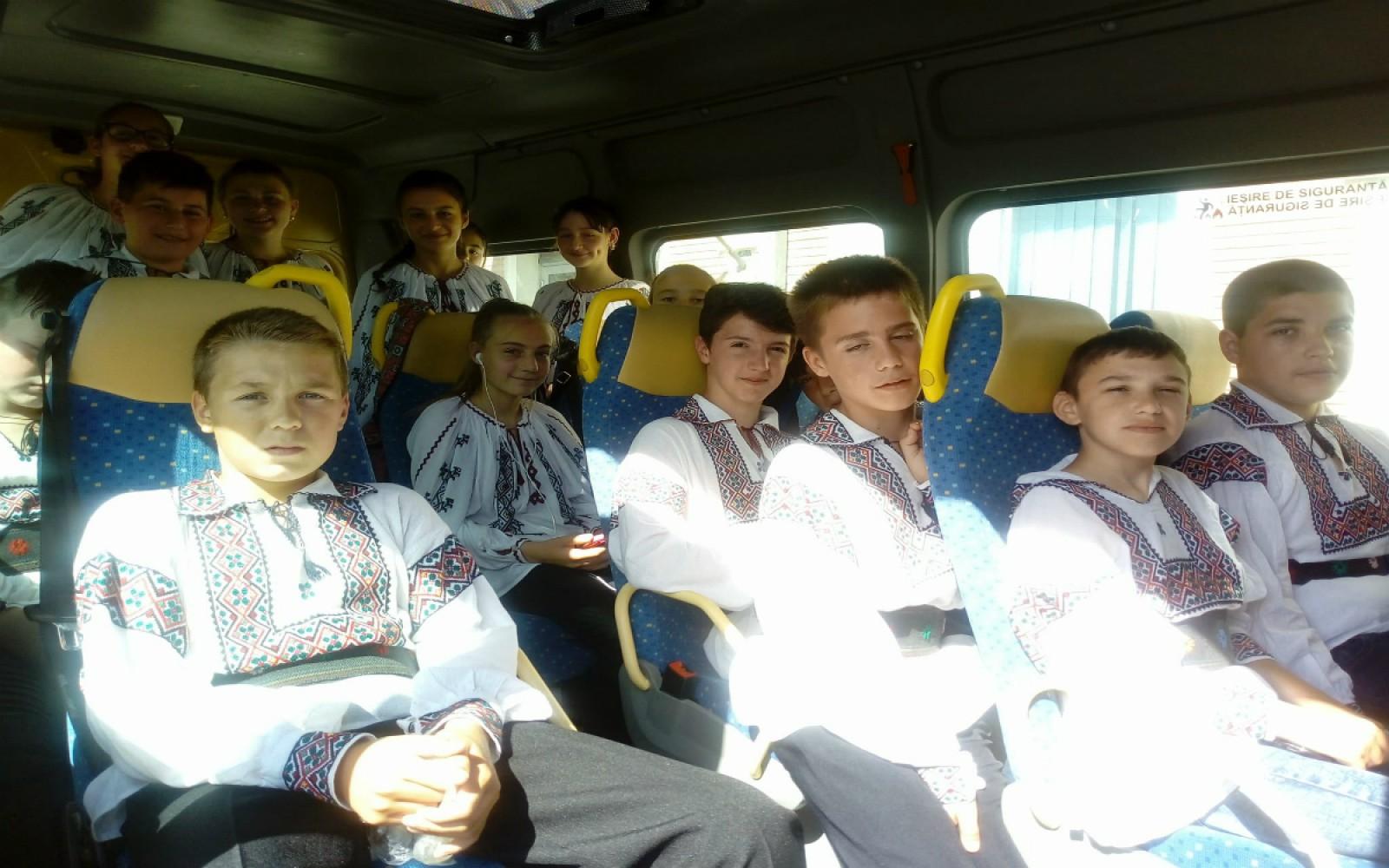 (foto) Îmbrăcați în costume populare, un grup de copii de pe ambele maluri ale Prutului au jucat Hora Prieteniei la mijlocul podului rutier Albița-Leușeni