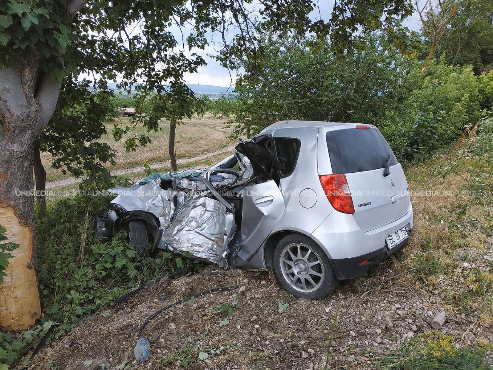 (foto) A intrat cu mașina într-un copac: Sfârșitul tragic al unui bărbat de 77 de ani