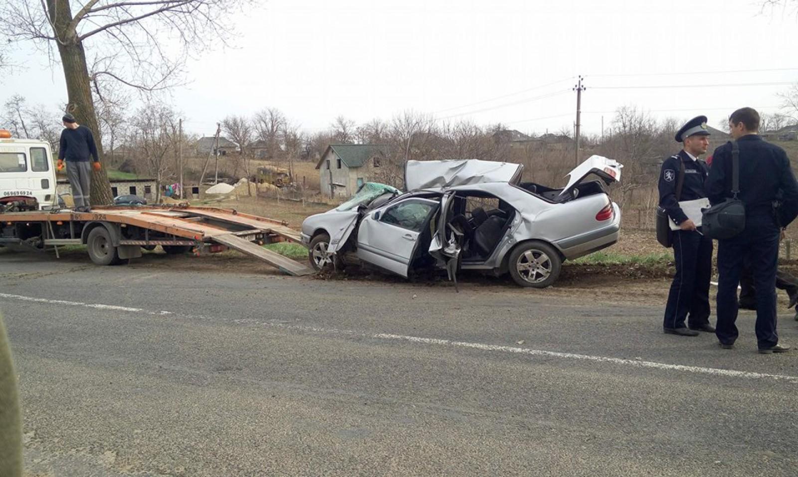 (foto) A murit în ajun de Paște: Un șofer a pierdut controlul mașinii și s-a lovit violent într-un copac