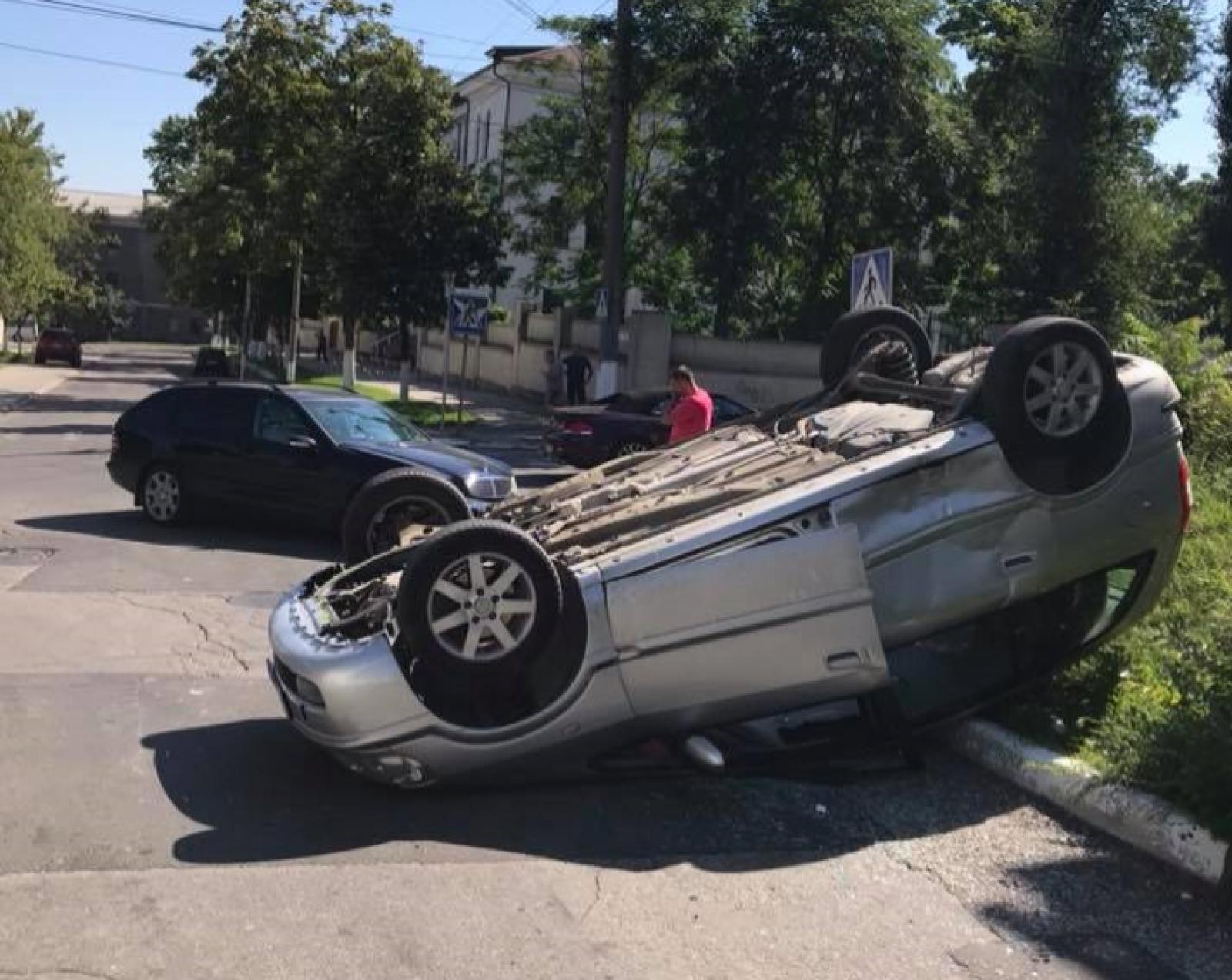 (foto) Accident grav în capitală: O mașină, întoarsă în urma impactului