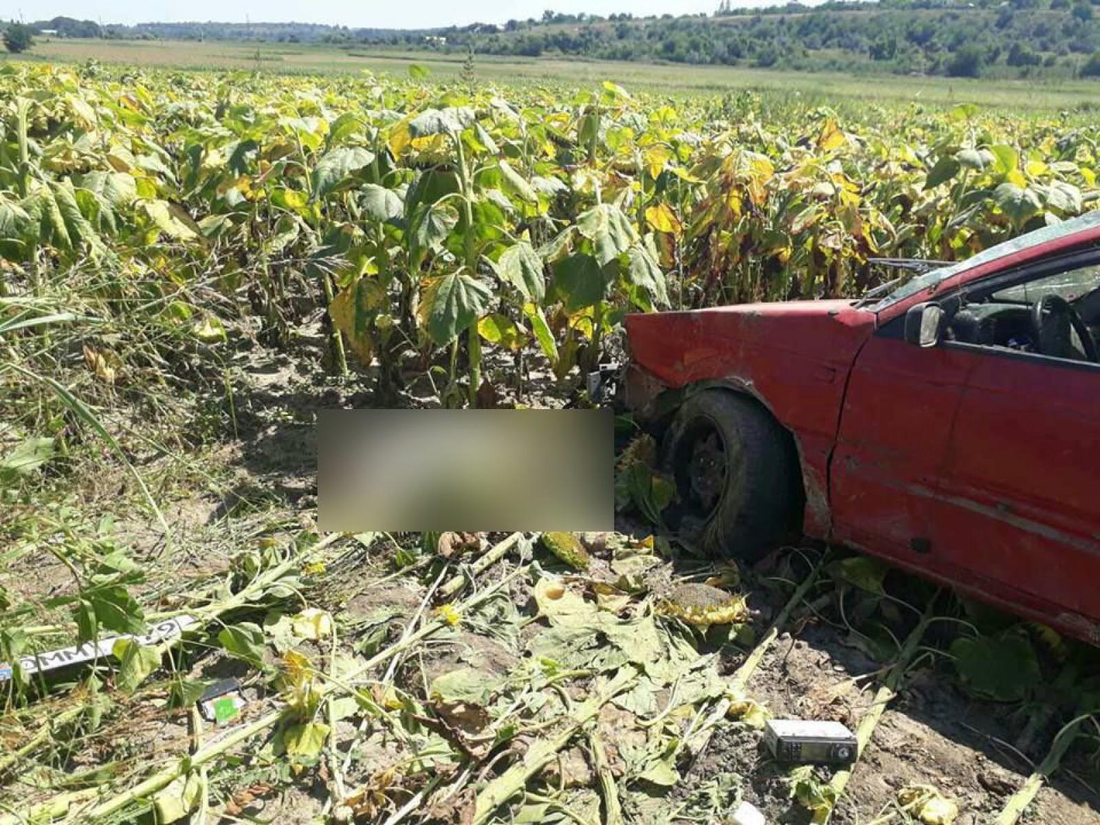 (foto) Accident grav în satul Merenii Noi: O mașină a derapat de pe traseu și a ajuns în câmp. Șoferul a decedat pe loc
