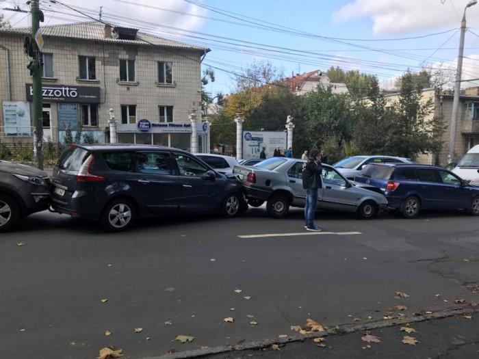 (foto) Accident în lanț în capitală cu implicarea a cinci automobile. S-au format ambuteiaje