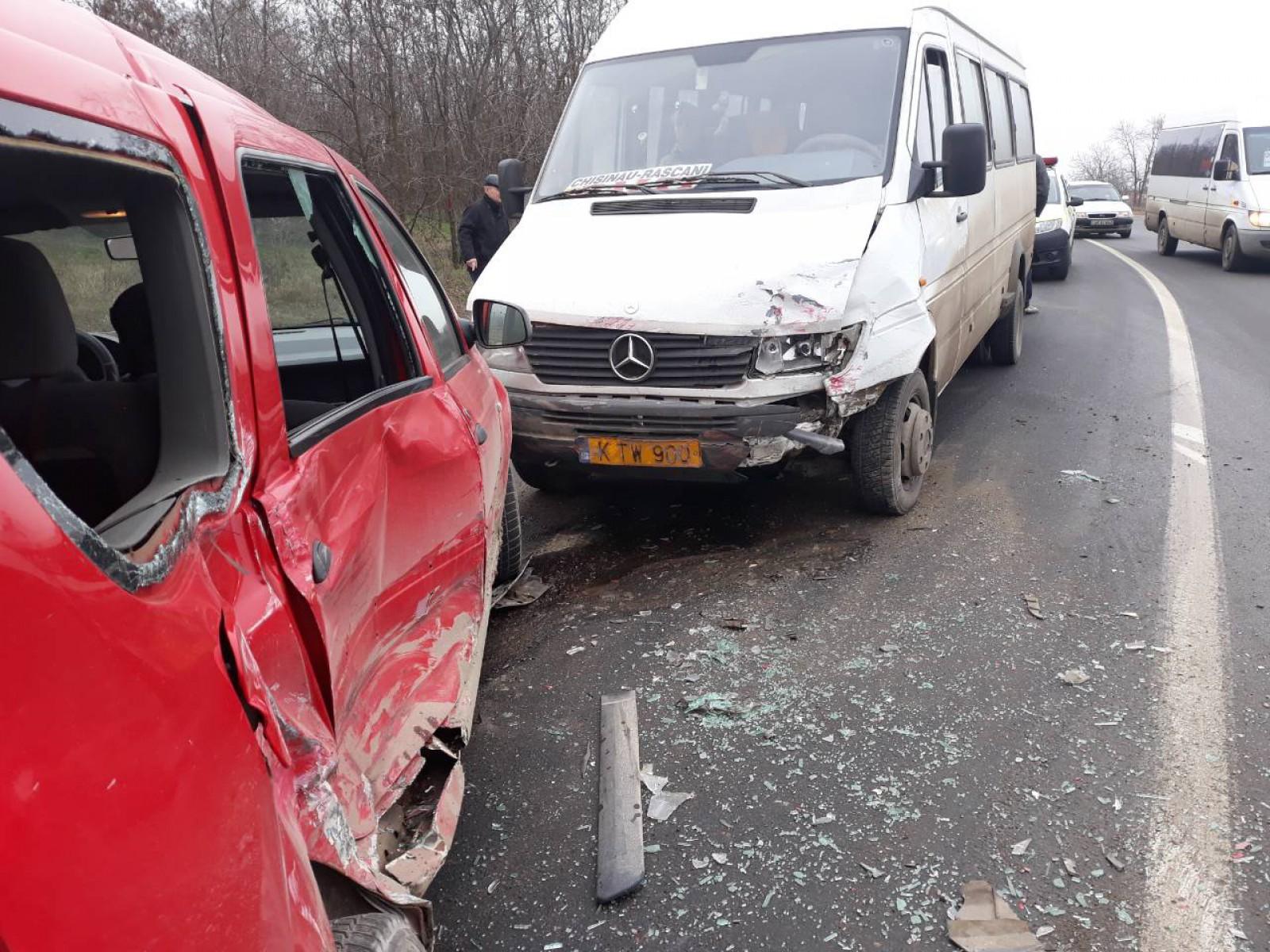 (foto) Accident la Orhei cu implicarea unui microbuz de pe ruta Chișinău-Râșcani: O femeie, spitalizată