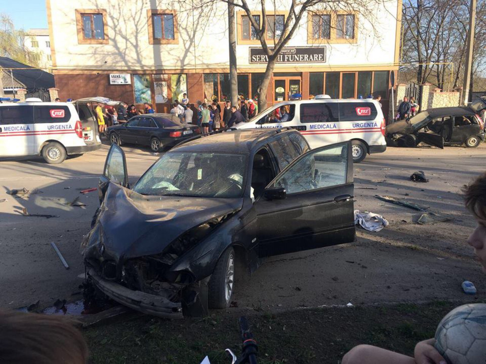 (foto/update) Noi detalii în cazul accidentului de la Ungheni unde două persoane, printre care și un copil de 5 ani, au fost transportate la spital
