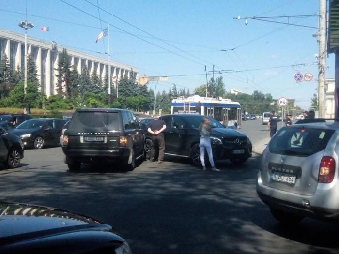 (foto) Accident rutier cu implicarea a două mașini de lux în capitală. Un Range Rover s-a ciocnit cu un Mercedes